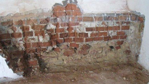 Příprava podkladu před zateplením stěny nebo stropu ve sklepě, v garáži